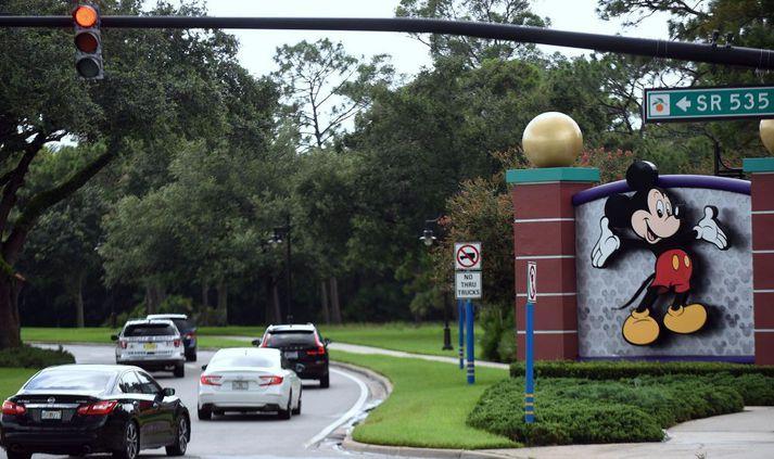 Gestir á leið í skemmtigarðinn Walt Disney World í Orlando í Flórída, sem opnaður var á ný í gær.