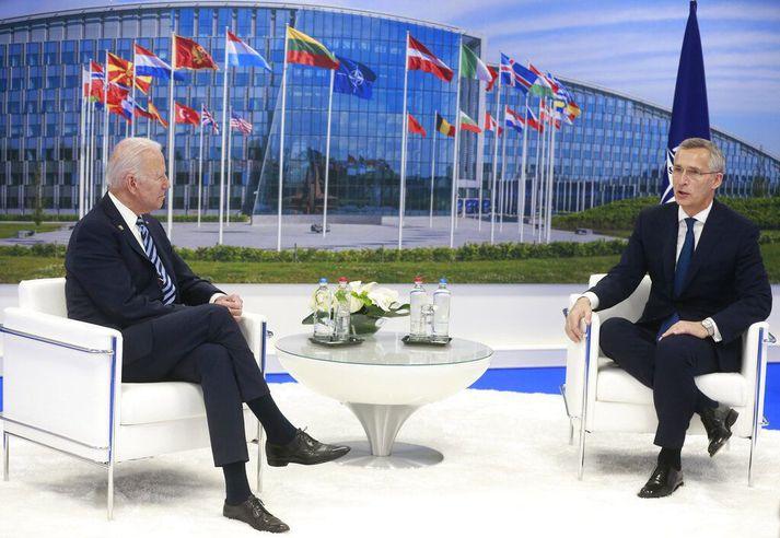 Biden Bandaríkjaforseti (t.v.) ræðir við Norðmanninn Jens Stoltenberg, framkvæmdastjóra NATO, í Brussel í dag.
