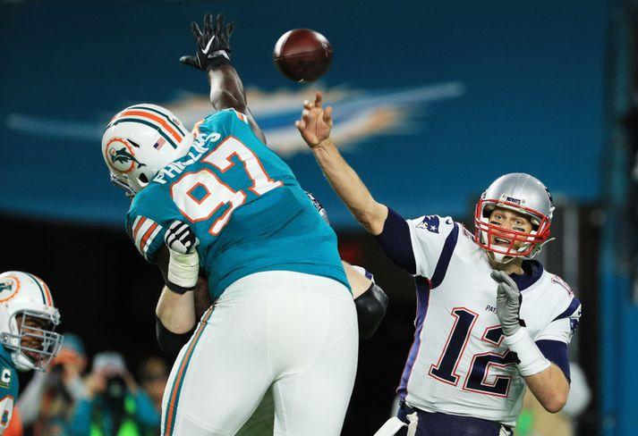 Jordan Phillips reynir að verjast sendingu frá Tom Brady í leiknum.