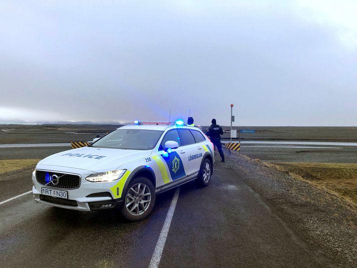 Lögregla við vettvang slyssins við brúna yfir Núpsvötn.