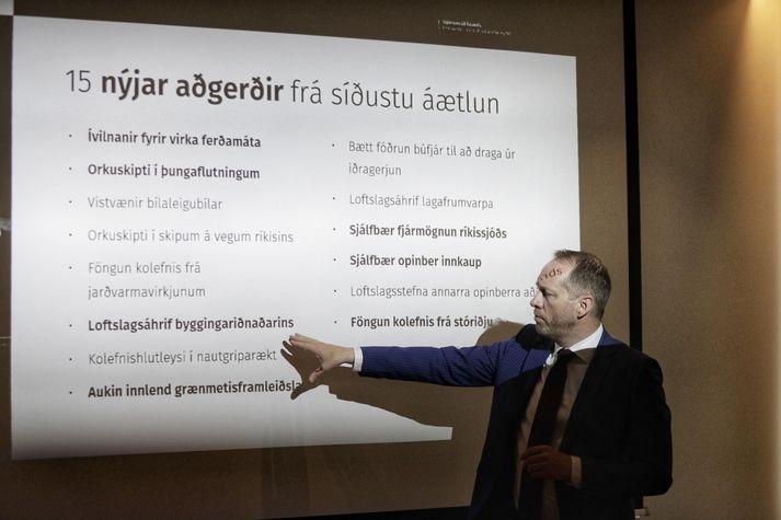 Fjórtán af fimmtán nýjum aðgerðum má sjá hér á glærunni. Undir handlegg Guðmundar Inga Guðbrandssonar umhverfisráðherra vantar fimmtánda markmiðið; Kortlagning á ástandi lands.