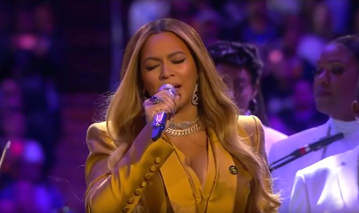 Beyoncé sat við hliðin á Vanessa Bryant, eiginkonu Kobe, allt kvöldið í salnum.