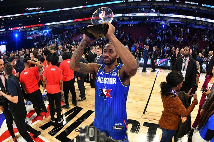 Kawhi Leonard með Kobe Bryant bikarinn eftir Stjörnuleik NBA deildarinnar í nótt.