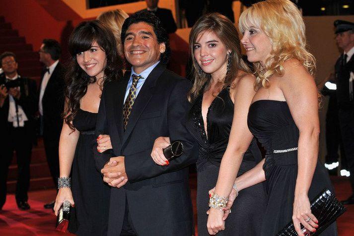 Diego Maradona með dætrum sínum Dölmu og Gianninu ásamt fyrrum eiginkonu sinni Claudiu Villafane á góðri stund í Cannes í Frakklandi árið 2008.
