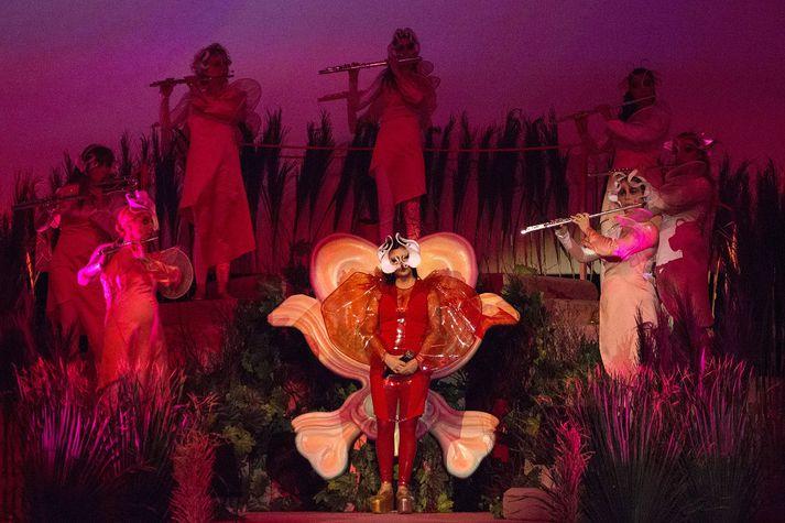 Björk ásamt íslensku flautuleikurunum á sviðinu í gær.