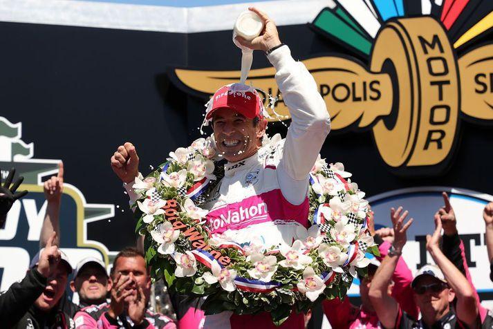 Helio Castroneves frá Brasilíu ók bíl #06 AutoNation/SiriusXM Meyer Shank Racing Honda, fagnar eftir að hafa unnið Indy 500 í gær.