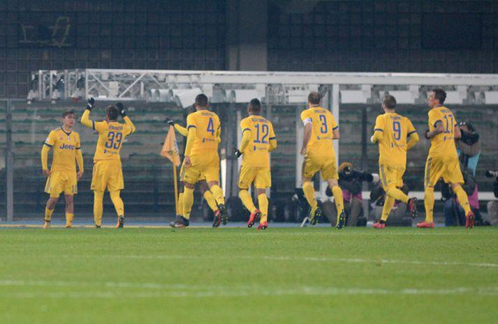Samherjar Paulos Dybala hlaupa til hans eftir að hann skoraði annað mark Juventus gegn Verona.