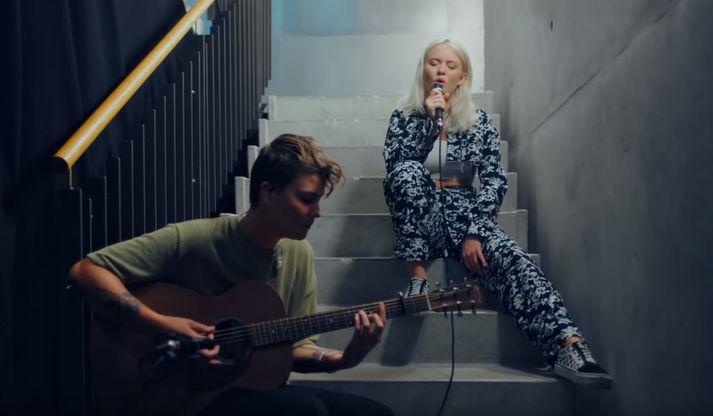 Zara Larsson þótti standa sig vel á tvennum tónleikum Ed Sheeran.