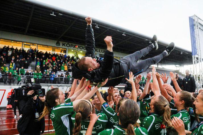 Leikmenn Breiðabliks tollera Þorstein Halldórsson eftir að liðið varð Íslandsmeistari 2018.