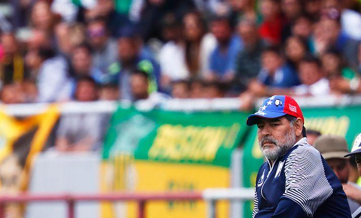 Diego Maradona á bekknum hjá Gimnasia.