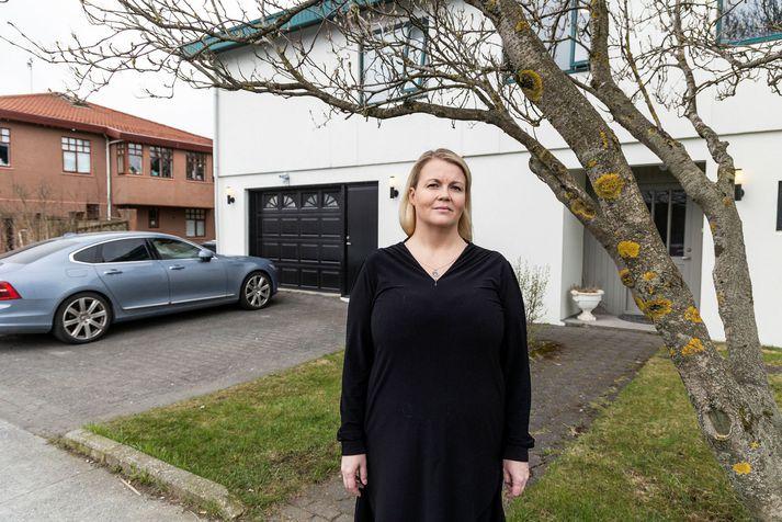 Þóranna Helga Gunnarsdóttir við hús þeirra Armandos í Rauðagerði.