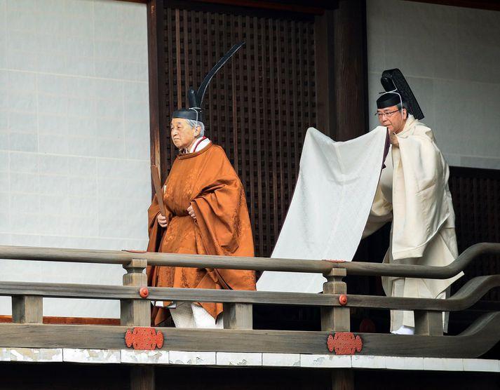 Akihito keisari í keisarahöllinni í Tókýó í morgun. Þegar hann lætur af völdum á miðnætti lýkur Heisei-tímabilinu í Japan og við tekur Reiwa-tímabilið.