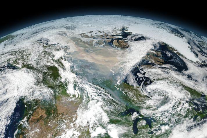 Samsett gervihnattamynd sýnir reykjarmökkinn yfir norðanverðu Kanada.