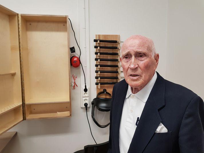 Guðmundur Einarsson, 93 ára við nýja skápinn sinn sem hann á eftir að fylla af verkfærum.