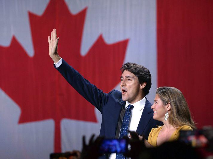 Justin Trudeau fagnar með eiginkonu sinni, Sophie Gregoire-Trudeau, í Montreal í gærkvöldi.