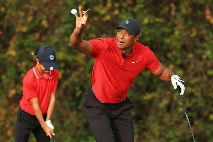 Tiger Woods að spila golf með syni sínum Charlie Woods.