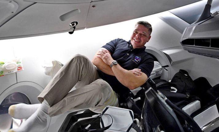 Bob Behnken um borð Dragon-geimferju SpaceX sem lá þá við Alþjóðlegu geimstöðina. Hann og félagi hans Doug Hurley eru nú lagðir af stað heim til jarðar.