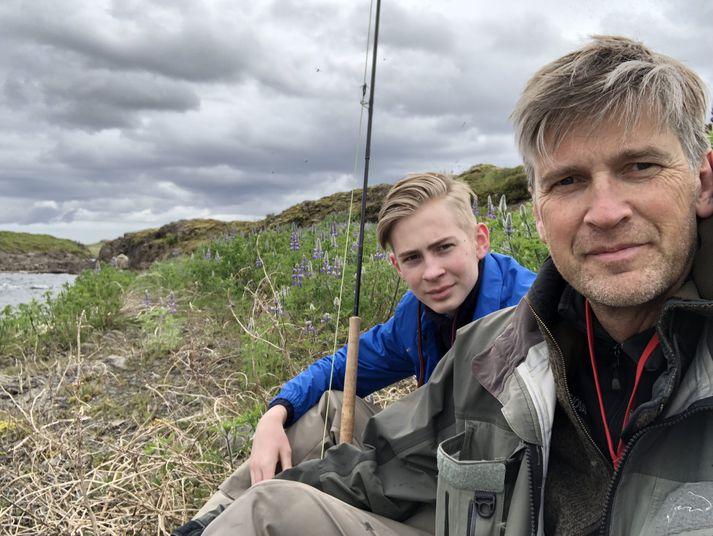 Þór Sigfússon ásamt syni sínum við veiðar.