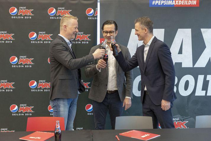 Andri Þór Guðmundsson, Stefán Sigurðsson og Guðni Bergsson skála fyrir nýja samningnum og að sjálfsögðu með Pepsi Max.