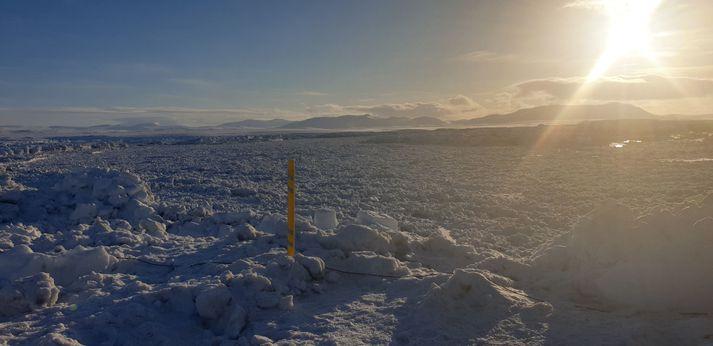 Starfsmenn Vegagerðarinnar hafa staðið vaktina við brúna yfir Jökulsá á Fjöllum.
