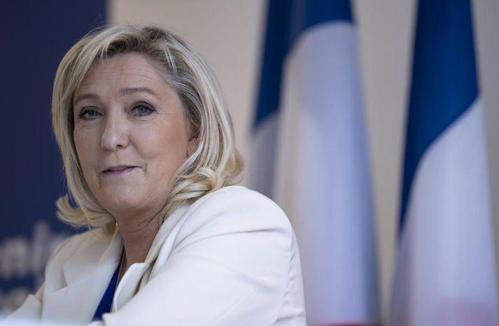 Marine Le Pen mun líklega bjóða sig fram gegn Emmanuel Macron í frönsku forsetakosningunum á næsta ári. Hún segir málið sprottið undan rifjum pólitískra andstæðinga sinna.