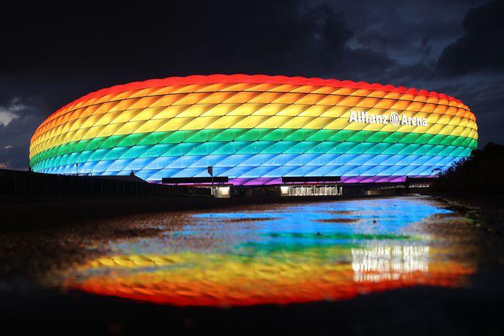 Allianz leikvangurinn, heimavöllur Bayern München, hefur stundum verið lýstur upp í regnbogalitunum til að sýna hinsegin samfélaginu stuðning.