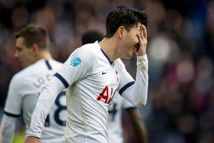 Son Heung-Min í leik með Tottenham á móti Aston Villa í febrúar þar sem hann skoraði tvö mörk og handleggsbrotnaði að auki.