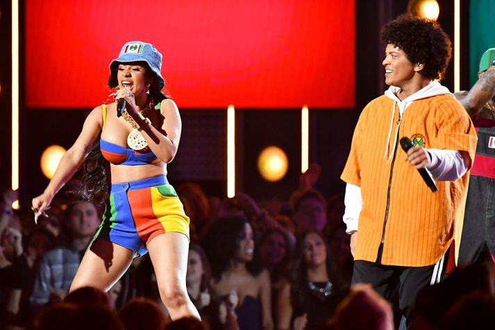 Cardi B og Bruno Mars á sviðinu saman.