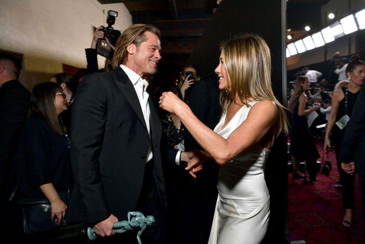 Brad Pitt og Jennifer Aniston heilsast hér á SAG-verðlaunahátíðinni í nótt.