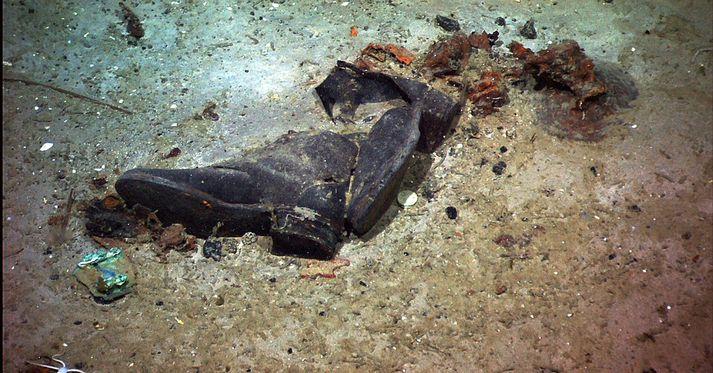 Þessi mynd var tekin á botni Atlantshafsins árið 2004. Líkur hafa verið leiddar að því að maður hafi verið í skónum þegar Titanic sökk árið 1912.