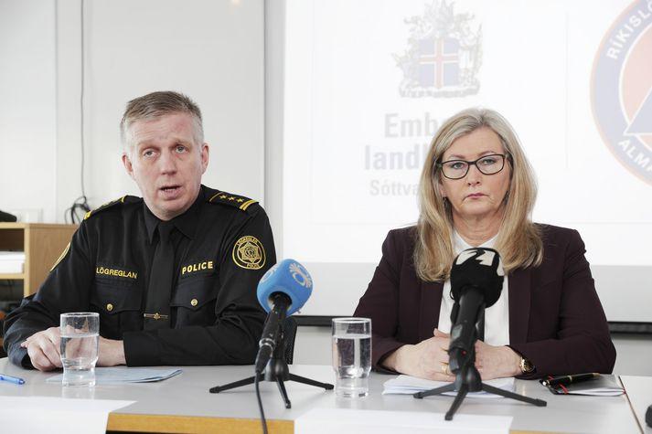 Víðir Reynisson, yfirlögregluþjónn hjá Ríkislögreglustjóra, og Alma Möller, landlæknir.