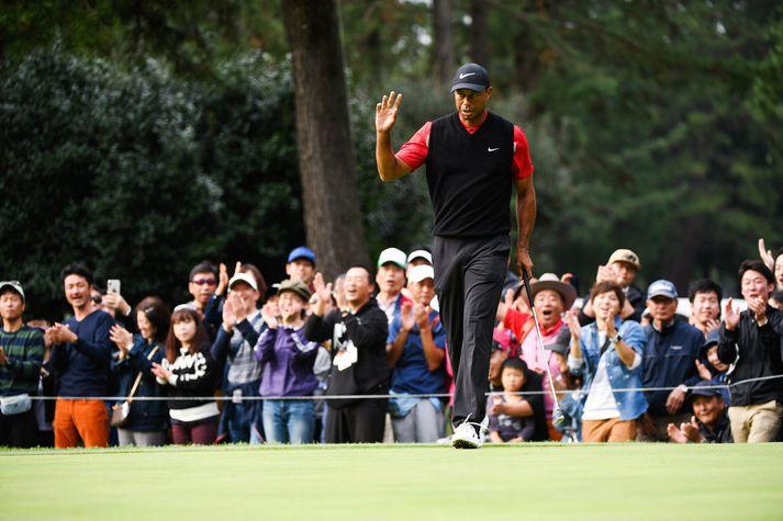 Tiger Woods ungur og brosmildur eftir að hafa unnið sitt fyrsta mót á PGA-mótaröðinni í Las Vegas árið 1996, þá nýorðinn tvítugur, rétt rúmum sex vikum eftir að hann ákvað að gerast atvinnukylfingur.