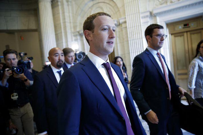 Zuckerberg og Facebook hafa legið undir gagnrýni fyrir að leyfa ýmis konar upplýsingafalsi og ósannindum að fara fjöllum hærra á miðlinum.