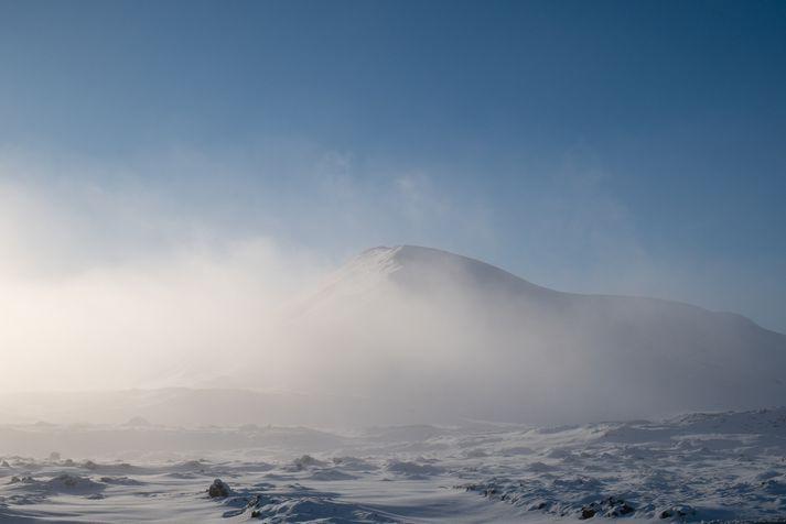 Frost verður á bilinu 0 til 10 stig, kaldast í innsveitum norðaustanlands, en frostlaust við vesturströndina yfir daginn.