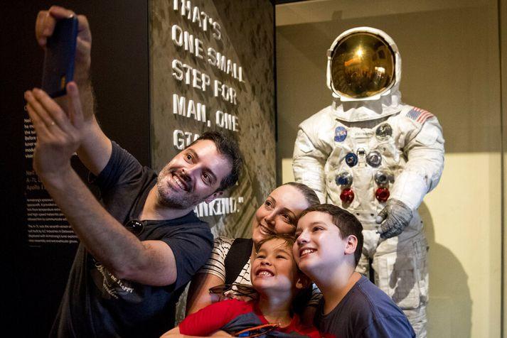 Ferðamenn minnast tímamótanna við geimbúning Neil Armstrong sem er sýndur opinberlega í tilefni þess að hálf öld er liðin frá hinu sögulega geimferðalagi.