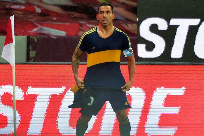 Carlos Tevez fagnar markinu sínu í gömlu Boca Juniors treyjunni hans Diego Maradona.