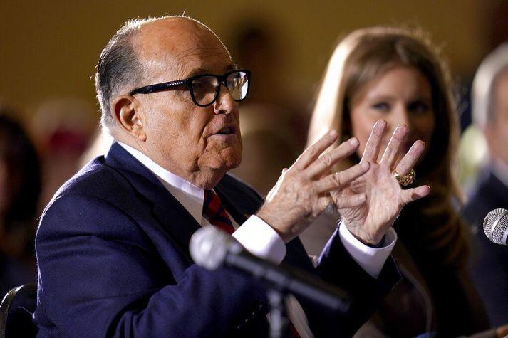 Rudy Giuliani fór mikinn um að stórfelld kosningasvik hefðu kostað Donald Trump sigur í forsetakosningunum í nóvember. Falskar yfirlýsingar hans þá hafa nú kostað hann starfsleyfið í New York.