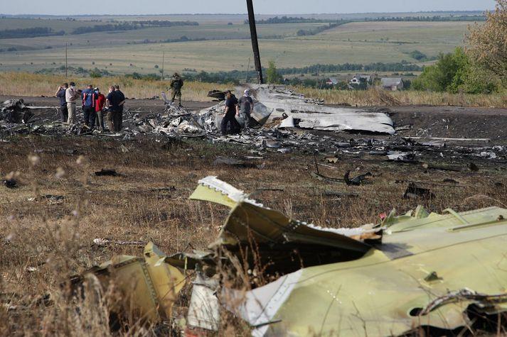 Rannsakendur á vettvangi þar sem MH17 var skotin niður.