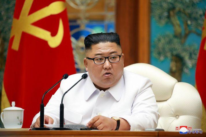 Kim Jong Un á neyðarfundi í gær.