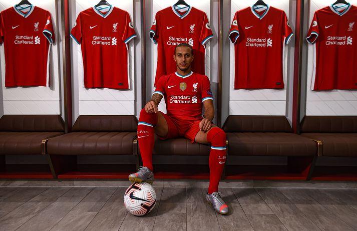 Thiago í búningi Liverpool.