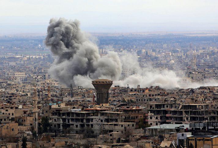 Reykur steig upp frá Austur-Ghouta í átakapásu gærdagsins.