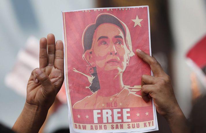 Aung San Suu Kyi, lýðræðislega kjörinn leiðtogi Mjanmar, hefur verið í haldi hersins frá því í byrjun febrúar en hún hefur verið ákærð af herstjórninni sem tók völd í landinu og gæti verið dæmd til langrar fangelsisvistar.