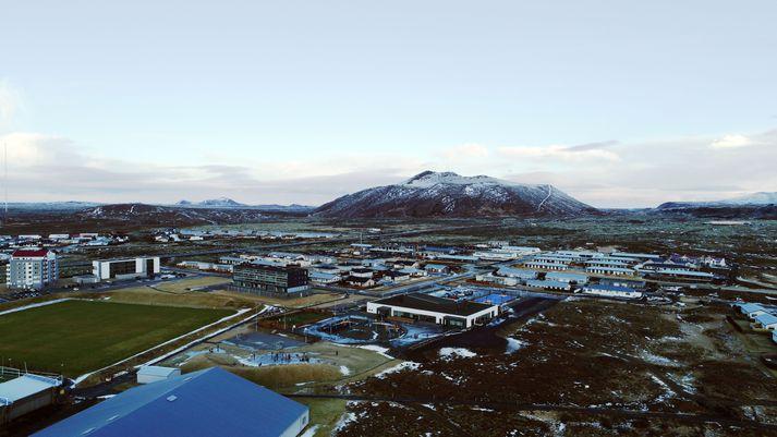 Grindavík með fjallið Þorbjörn í baksýn.