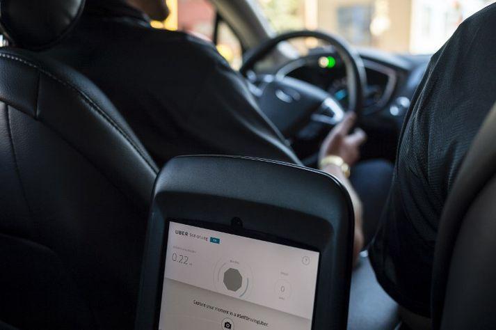 Uber stöðvaði tilraunir með sjálfkeyrandi bíla í Norður-Ameríku eftir banaslysið.