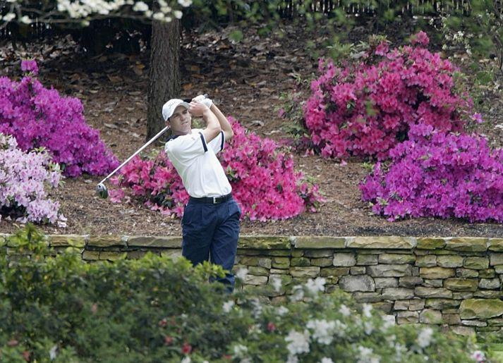 Garcia tekur hér teighögg á 13. holunni á Augusta árið 2002. Umkringdur azalea-blómunum sem nú bera nafn dóttur hans.