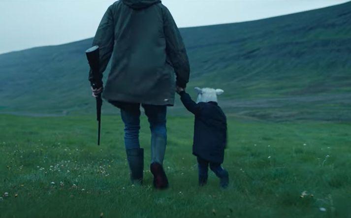 Skjáskot úr stiklunni. Er það barn eða lamb?