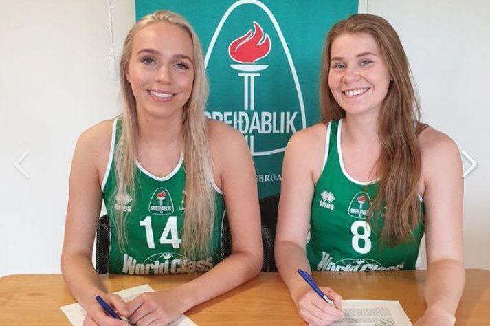 Isabella Ósk Sigurðardóttir (til vinstri) og Sóllilja Bjarnadóttir með penna í hendi að undirrita samningana sína.