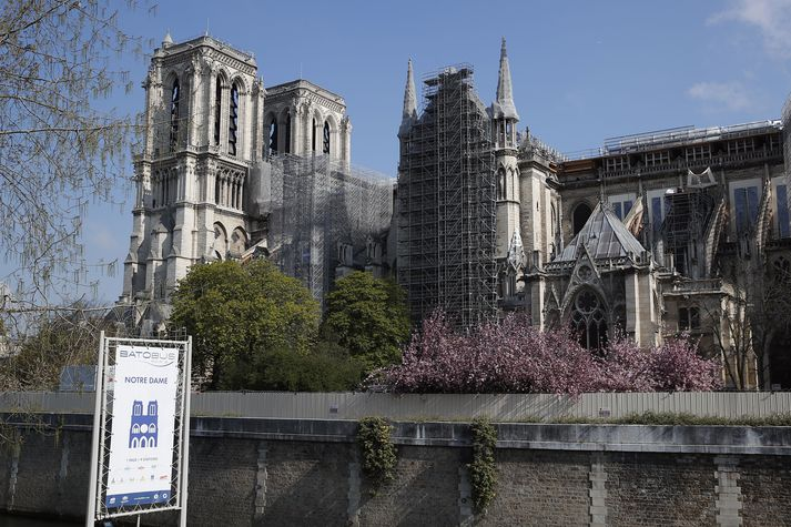 Mikill eldur braust út í Notre-Dame í apríl 2019.