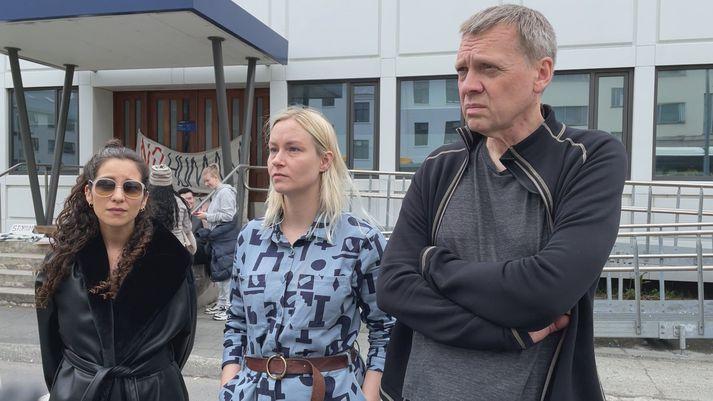 Hildur Maral, Sigríður Láretta Jónsdóttir og Gunnar Örvarsson voru á meðal mótmælenda við lögreglustöðina á Hverfisgötu í dag.