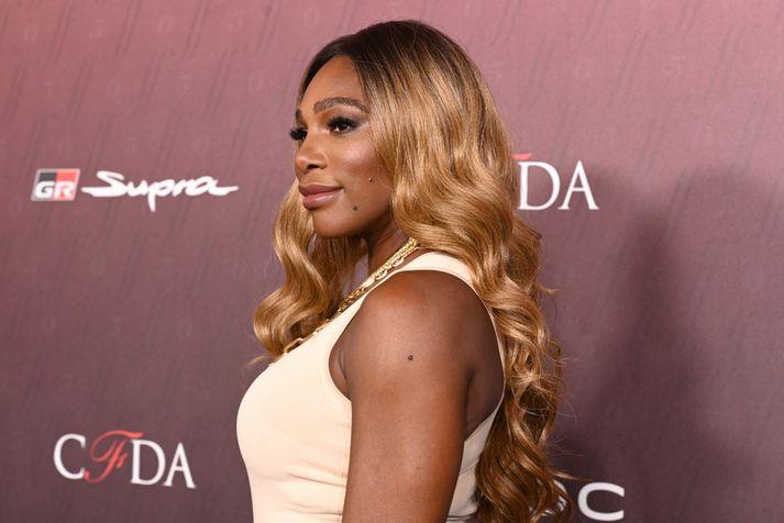 Serena Williams vekur mikla athygli innan sem utan vallar.